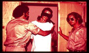 آزمایش زندان استنفورد - بچشم بند زدن به زندانیان