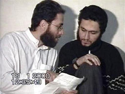 جرح و عطا در حال کار بر روی متن وصیتنامه در اردوگاه القاعده در افغانستان
